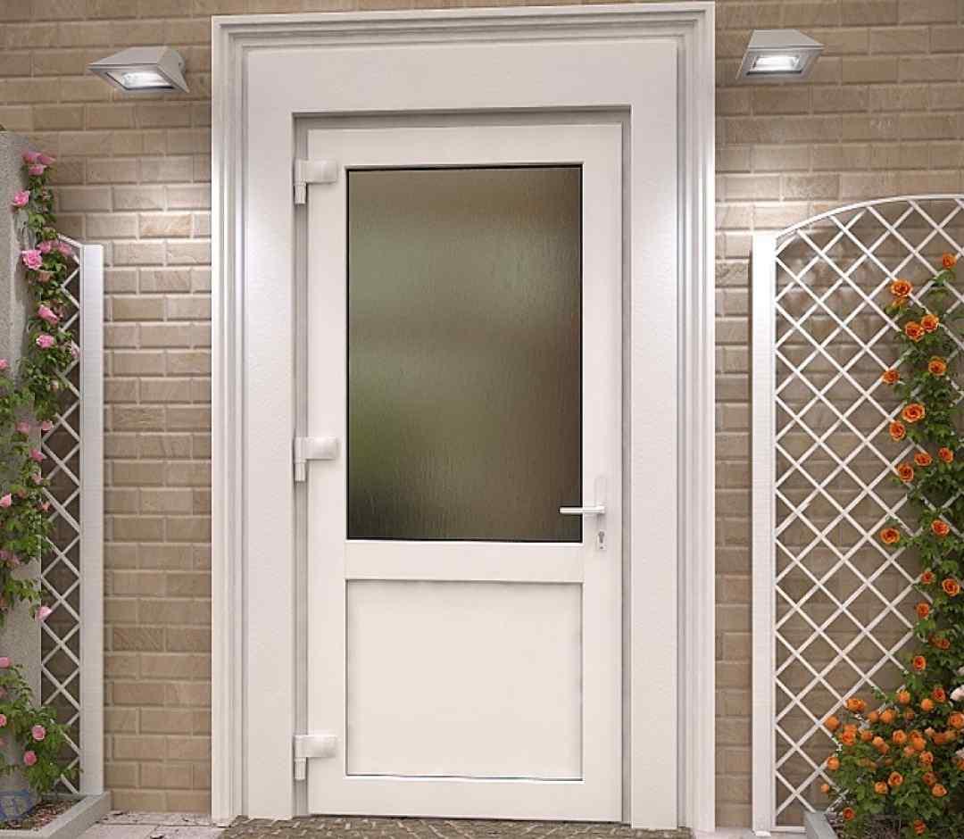 белая дверь из ПВХ