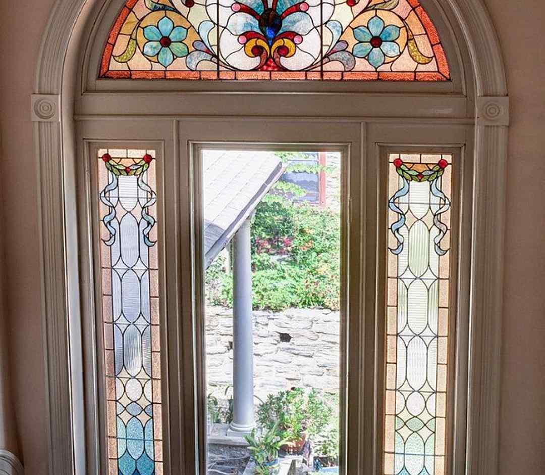 арочные витражные пластиковые окна