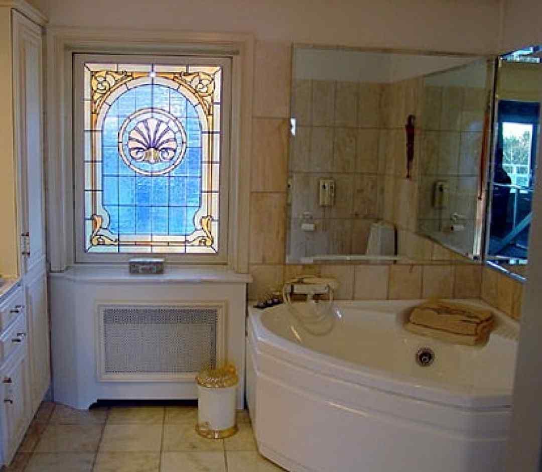 витражи на пластиковых окнах в ванной